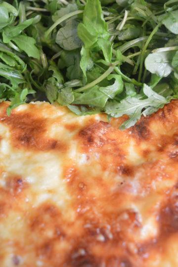 quiche lorraine gratinée , salade verte