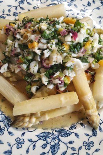 asperges blanches coupées, avec la sauce oeufs mollets