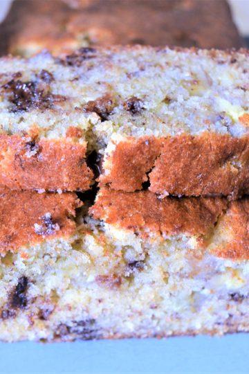 ukrojony kawalek ciasta jest polozony ca calym kawalku
